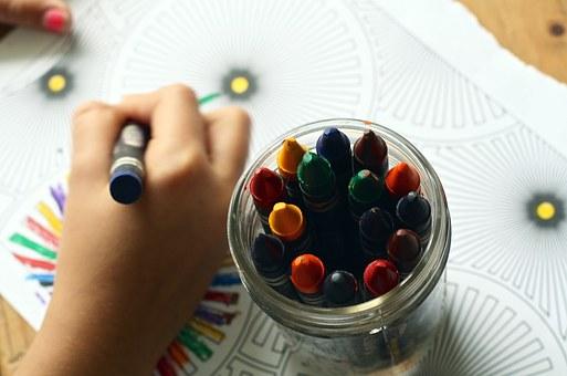 https://cursodebaba.com/images/brincadeiras-criancas-4-anos-desenhando.jpg