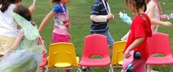 https://cursodebaba.com/images/brincadeiras-folcloricas-danca-cadeiras-criancas.jpg