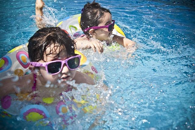 jogos e brincadeiras na piscina